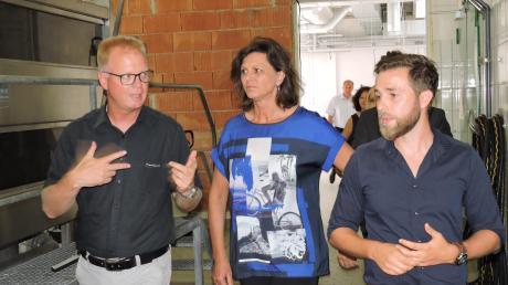 Bürgermeister Michael Böhm (links) im Gespräch mit Landtagspräsidentin Ilse Aigner und Brunnthaler-Juniorchef Andreas Sausel. Foto: Peter Maier