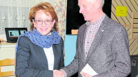 Altbürgermeister Ernst Gebert gratulierte als Wahlausschussleiter der Kandidatin Ulrike Polleichtner zur Nominierung.  Foto: Michael Geyer