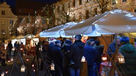 Wohlbehütet unter weißen Schirmen, umringt von tausend Lichern und kleinen Laternen, ließen es sich die Besucher des Christkindlmarkts am Karlsplatz gut gehen.