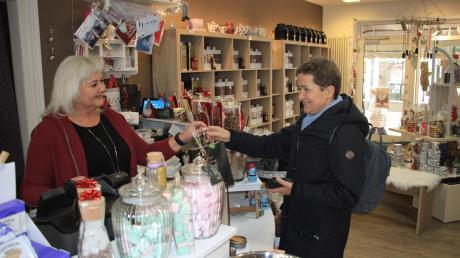 Elke Schubert (links) freut sich über Kundschaft von weit her. Marion Nickel kauft ihre Weihnachtsgeschenke lieber in Neuburg als in Lindau am Bodensee oder im Online-Handel ein.