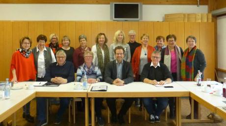 Der Seniorenrat des Landkreises Neuburg-Schrobenhausen um seine erste Vorsitzende Mini Forster-Hüttlinger (stehend rechts) hat Landrat Peter von der Grün (Mitte) zur Seniorenratssitzung ins Haus im Moos eingeladen.