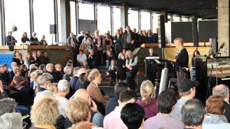 Viele Besucher konnte Gudrun Riehl von Amnesty International Region Ingolstadt im Foyer des Stadttheaters Ingolstadt begrüßen.