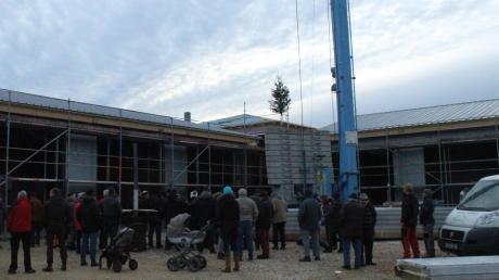 Rund 50 Bergheimer kamen zum Richtfest am neuen Feuerwehr- und Bauhofgebäude in Bergheim.