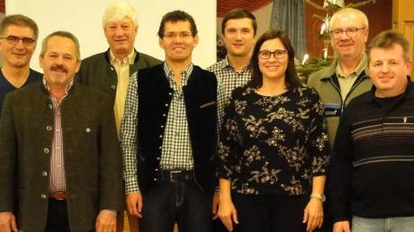 Blicken trotz eines schwierigen Geschäftsjahres optimistisch in die Zukunft: WBV-Vorsitzender Alexander von Zwehl (3. von links) und seine Vorstandskollegen Paul Strixner (2.v.l.), Christian Nadler (links) und Johann Schmaus (8.v.l.), Kassenprüfer Dominik Schlecht (5.v.l.), sowie WBV-Geschäftsführer Ludwig Schön (4.v.l.). Unterstützung erhalten sie vom AELF Pfaffenhofen, vertreten durch Revierleiter Guido Zitzelsberger (7.v.l.) und Steuerberaterin Maria Haas.