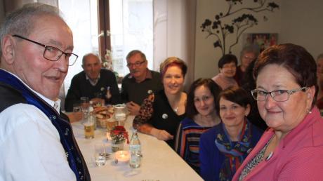Hildegard (rechts) und Siegfried Schäfer feierten im Kreise ihrer Familie und vieler Freunde ihre Goldene Hochzeit. Die Torte schmückte ein essbares Hochzeitsfoto des Paares.