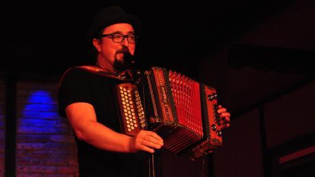 Helmut A. Binser, eigentlich Martin Schönberger, ist ein oberpfälzischer Musikkabarettist aus dem Bayerischen Wald. Nun war er auf der Bühne der Kunstscheune in Neuburg-Marienheim zu sehen.