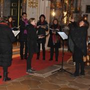 Gefühlvoll und stimmig: Canto Brioso – unter der Leitung von Gabriele Schmid – beeindruckte in der gut besuchten Hofkirche. Die 13-jährige Solistin Lisa Schnackenburg (Mitte) beeindruckte bei Werken von Max Reger und Benjamin Britten.