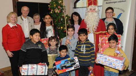 """Eine gemütliche Adventsfeier veranstaltete die Nachbarschaftshilfe Rennertshofen. Tom Feldmann war als Nikolaus gekommen, was die Kinder besonders freute. Mit im Bild die Mitglieder des Organisationsteams von """"Wir füreinander""""."""