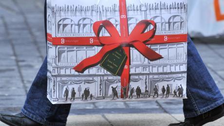 Menschen mit Einkaufstaschen? Damit ist an Heiligabend bis 14 Uhr zu rechnen, denn viele kaufen erst dann für die nächsten Tage ein.