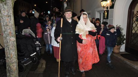 Mit einer Wanderung durch Burgheim stellten Josef und Maria (Johannes Mack und Susanne Hudler) die Reise von Nazareth nach Bethlehem auf oberbayerisch dar.