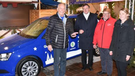 Heinz Scharl (links) heißt der Gewinner des Hauptpreises der Sozialverlosung, einen Skoda Fabia Cool Plus. Mit ihm freuen sich (von links) Oberbürgermeister Bernhard Gmehling,Bernhard Pfahler vom BRK und Nicole Schwarbauer vom Autohaus B13.
