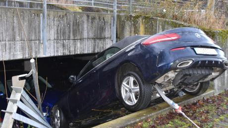 Ein Autofahrer hat am Montag eine Absperrung auf dem Parkdeck des Neuburger Krankenhauses durchbrochen und ist auf einem anderen Auto gelandet.