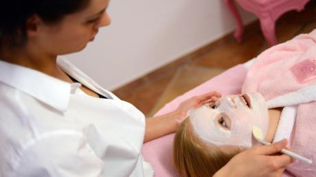 Eine Kosmetikbehandlung ist mehr als nur eine Creme für die Haut. Es geht auch um Wohlbefinden und Wellness.
