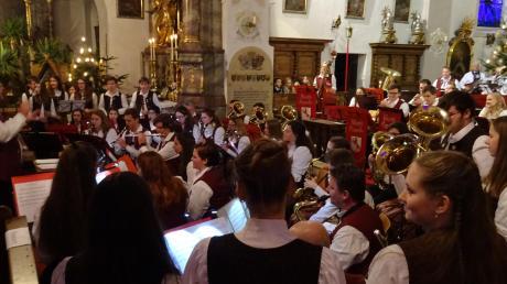 """Einen abwechslungsreichen Schlussakkord setzten die drei Klangkörper """"Jugendkapelle"""", """"Spätlese"""" und """"Marktkapelle"""" des Rennertshofener Musikvereins unter ein brillantes Jubiläumsjahr."""