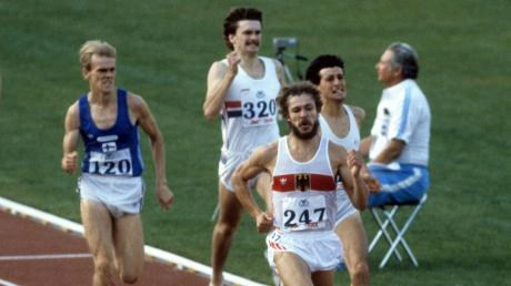Hans-Peter Ferner, 1982 beim Zieleinlauf der Europameisterschaft über 800 Meter in Athen. Geschlagen rechts hinter ihm der große Favorit Sebastian Coe aus England.
