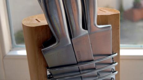 Mit einem Küchenmesser soll eine Frau ihren Ex verletzt haben.