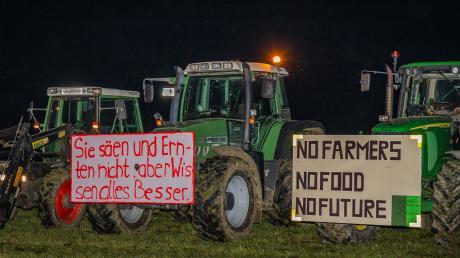 Rund 60 Traktoren hatten sich um das Mahnfeuer formiert. Mit großen Plakaten machten die Landwirte auf ihre missliche Situation aufmerksam, die mit den zunehmenden Auflagen einhergeht. Ihre Kritik richtete sich vor allem an den Gesetzgeber.