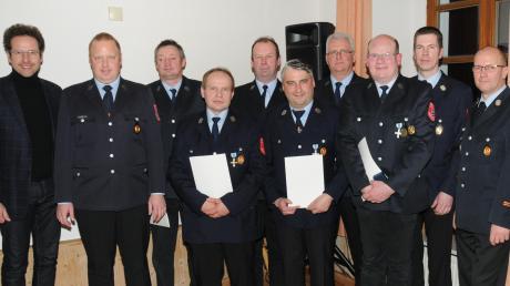 Landrat Peter von der Grün, Vorstitzender Stefan Schiller (1. und 2. von links) sowie Bürgermeister Georg Hirschbeck und Kreisbrandmeister Gerhard Pichler (1. und 2. v.r.) gratulierten den Geehrten.