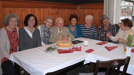 Hubertus Fischer feiert im Kreis seiner Freundinnen und Verwandten seinen 95. Geburtstag.