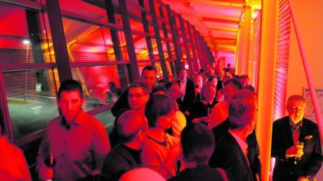 Die Gäste defilierten auf dem großen, verglasten Balkon, der zu fortgeschrittener Stunde zu einem bunt illuminierten Laufsteg avancierte.