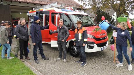 Die Feuerwehr Ried-Hessellohe mit ihrem neuen Stolz: dem neuen Mittleren Löschfahrzeug.