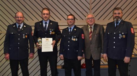 Michael Polzer (2. von links) wurde für 25 Jahre im aktiven Feuerwehrdienst ausgezeichnet. Die Kommandanten Peter Klarwein und Klaus Sauer, 2. Bürgermeister Alfred Ehrnstraßer und Vorsitzender Andreas Rehm (von links) gratulierten.