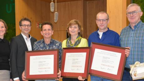 Brigitte und Manfred Pettmesser ehren ihre Mitarbeiter Andreas Unger, Martina Heigl, Horst Nowak und Peter Niklas (von links).