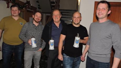 Aus den Händen der neuen Vorsitzenden Christian Kammer (links) und Josef Eder (rechts) nahmen Matthias Hörmann, Herbert Lohrum und Marco Müller (ab 2 v.r.) den Vereinskrug für 25-jährige Mitgliedschaft im SAV Burgheim entgegen.