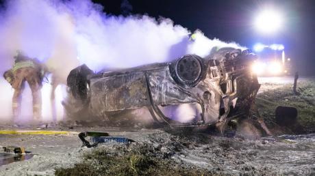 Der Wagen des 20-jährigen Schrobenhauseners brannte komplett aus, nachdem er gegen einen Baumstumpf geprallt war und das Auto sich überschlagen hatte. Die Rettungskräfte konnten die Insassen rechtzeitig herausziehen.
