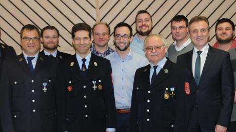 Die Freiwillige Feuerwehr Hatzenhofen hat ihre Vorstandschaft größtenteils bestätigt. Unser Foto zeigt die Führungsmannschaft mit Kreisbrandmeister Gerhard Pichler, Kreisbrandinspektor Alois Speth (1. und 2. von links) und Bürgermeister Georg Hirschbeck (3. von rechts).