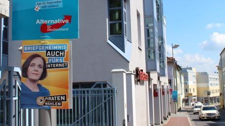 Wahlwerbung polarisiert: Schon in der Vergangenheit gab es Streit um Standorte und Aussagen von Plakaten, so vor der Bundtagswahl 2013 in der Theresienstraße in Neuburg.