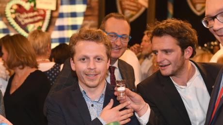 """Ferdinand Schmidt-Modrow (links) spielt in """"Dahoam is dahoam"""" den Pfarrer Simon Brandl. Er stammt aus dem Landkreis. Nun wurde bekannt, dass er am Mittwoch gestorben ist. Rechts neben Schmidt-Modrow auf dem Foto ist """"Dahoam is dahoam""""-Kollege Tommy Schwimmer, der den Florian Brunner spielt."""