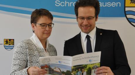 """Tourismusreferentin Ingrid Laux stellt Landrat Peter von der Grün die Neuauflage der Broschüre """"Erlebnisregion Neuburg-Schrobenhausen"""" vor."""