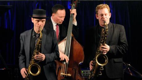 The Toughest Tenors traten am Wochenende im Birdland Jazzclub in Neuburg auf. Die Musiker wirkten nur auf den ersten Blick ein wenig steif mit ihren schwarzen Anzügen, weißen Hemden, korrekter Krawatte und der akkuraten Frisur. Ihre Musik war alles andere als steif.