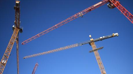 Das Ballett der vier Baukräne zeugt weithin sichtbar von den emsigen Aktivitäten auf der Baustelle des Ingolstädter Congresscentrums und des dazugehörigen Hotels.