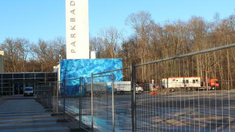 Der Bauzaun deutete am Montag schon daraufhin, dass am Parkplatz des Neuburger Hallenbades künftig gebaut wird.