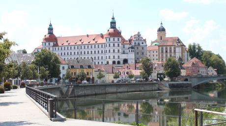 Die Oberbürgermeister-Kandidatin für Die Partei, Gabriele Käsler mag vor allem das Neuburger Schloss an der Donaustadt. Deshalb soll bei ihr das Rathaus als Amtssitz ausgedient haben.