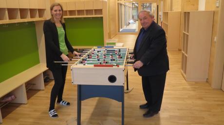 """Karin Naumann und Bürgermeister Karl Seitle am Kicker der Hortkinder. """"Ein echter Hit"""", freut sich die Leiterin."""