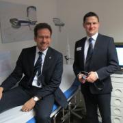 Landrat Peter von der Grün (links) ließ sich von Mediziner Christian Niemann durch die neue Praxis in Karlshuld führen.