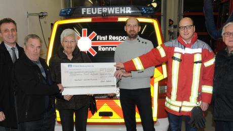 Peter Eglauer und Christine Eichner überreichten den symbolischen Scheck an die First Responder Bernd Schwarz und Thomas Ehrnstraßer (ab 2. von links). Auch Bürgermeister Georg Hirschbeck (links) und 2. Bürgermeister Alfred Ehrnstraßer (rechts) freuten sich.