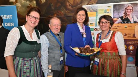 Beim Besuch im Landtag überreichten Bezirksbäuerin Christine Finger, BBV-Kreisobmann Ludwig Bayer (von links) und Kreisbäuerin Regina Plöckl (rechts) Kostproben von Kartoffellebkuchen an Landtagspräsidentin Ilse Aigner.