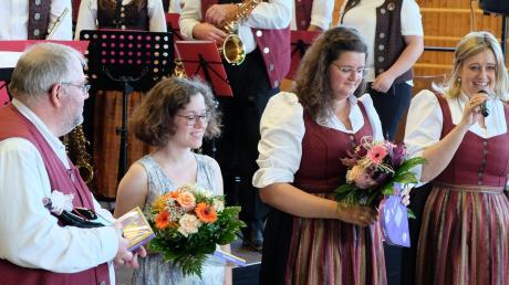 Vorsitzende Stefanie Czerny (rechts) bedankte sich bei Komponist Klaus Gottschall, der Autorin Lisa Höflich, Dirigentin Magdalena Pfister (von links) und natürlich bei den Musikern für die gelungene Uraufführung.