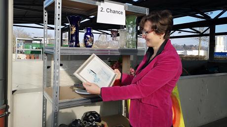 """Werkleiterin Mathilde Hagl möchte Ressourcen schonen und hat eine pfiffige Idee entwickelt: Aussortiertes soll statt im Müllcontainer im Regal landen und dort auf die """"zweite Chance"""" warten."""
