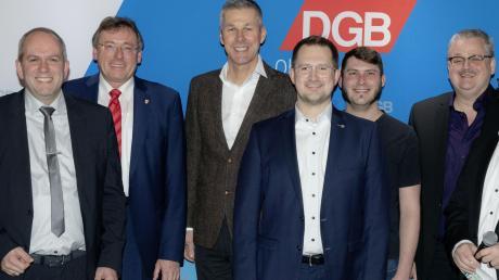 """Sechs OB-Kandidaten bei der DGB-Podiumsdiskussion """"Mensch wähl mich"""": (ab 2. von links) Florian Herold, OB Bernhard Gmehling, Frank Thonig, Gerhard Schoder, Bernd Schneider und Michael Wittmair zusammen mit Bernhard Dausend (links) und Christian De Lapuente (rechts)."""