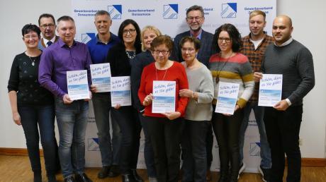 Gewerbeverbandsvorsitzende Cornelia Euringer-Klose und ihr Stellvertreter Christian Hammerer (von links) zusammen mit Vertretern der Einrichtungen, die in diesem Jahr Spenden erhalten haben.