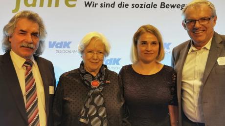 Der VdK Deutschland feierte in Berlin sein 70-jähriges Bestehen. Kreisvorsitzender Achim Werner (rechts) und der langjährige Kreisgeschäftsführer Werner Böll (links) vertraten den VdK Bayern beim Festakt. Eingerahmt von den Herren sind Ehrenpräsidentin Ulrike Mascher (2 v. l.) und VdK-Präsidentin Verena Bentele.