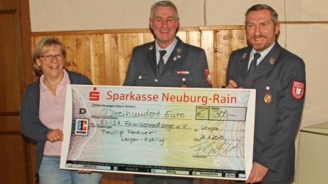 """Conny Landes von """"Elisa"""" erhielt 300 Euro vom Vorsitzenden Andreas Flath (Mitte) und Kassier Armin Eiba überreicht."""