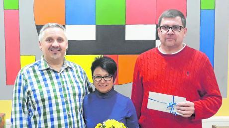 Stellten sich nach den Wahlen beim Karlshulder Jugendzentrum zum Gruppenfoto auf: 1. Vorsitzender Kai Czapko, Betreuerin Petra Czapko und der ausgeschiedene Wolfgang Sailer (von links).