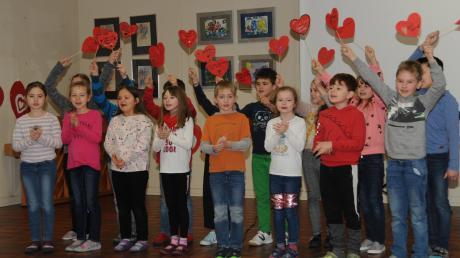 Auf jedem Herz hatten die Buben und Mädchen der 2a ihre Wünsche für die beliebte Lehrerin geschrieben.
