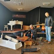 Oliver und Klaus Wasilesku begutachten die Schäden. Der Kontrabass, der normalerweise im Birdland Jazzclub steht, war gerade repariert worden. Jetzt liegt er in seinen Einzelteilen unter anderen Instrumenten begraben.